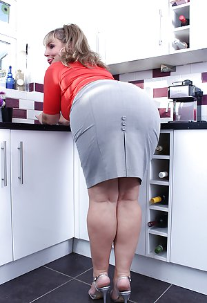 Nice Booty in Kitchen Pics